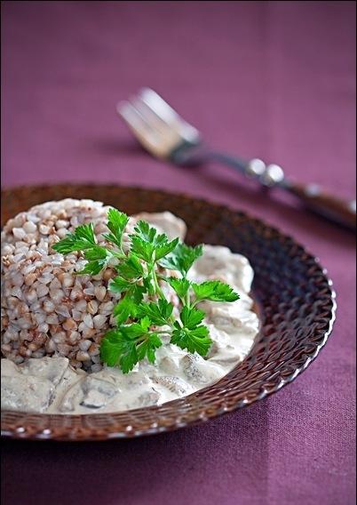приготовить завтрак | Гречневая каша со сметанно-грибным соусом