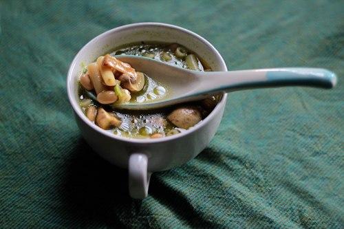 кухня русская | Фасолевый суп с грибами и базиликом