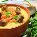 Суп пюре из чечевицы с копчёной сёмгой, зелёным луком и сухариками