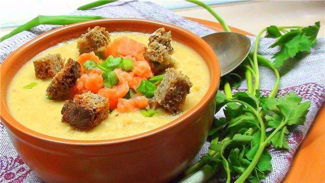 кухня европейская | Суп пюре из чечевицы с копчёной сёмгой, зелёным луком и сухариками