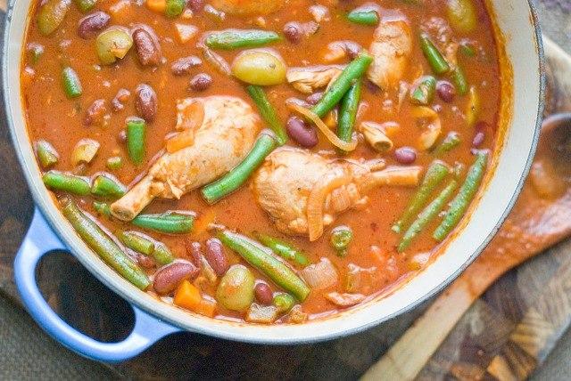 Куриные ножки в томатном соусе с зеленой фасолью и оливками