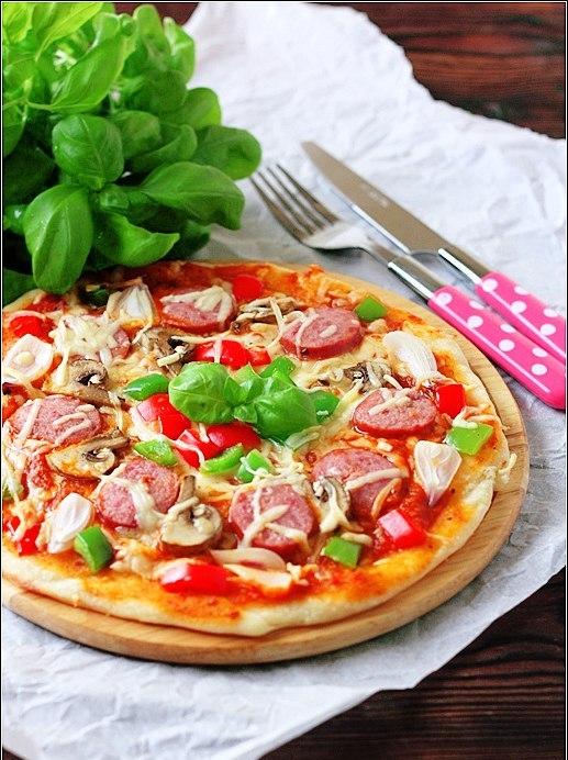 Пицца с колбасой из индейки,грибами и сладким перцем.