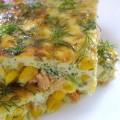 Омлет с лососем, брокколи и кукурузой