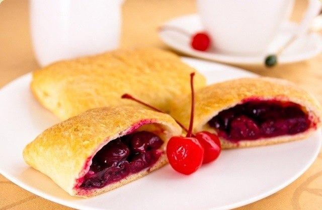 Слоеные пирожки с вишней.