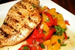 Куриные грудки с салатом из мандаринов, перца и лука