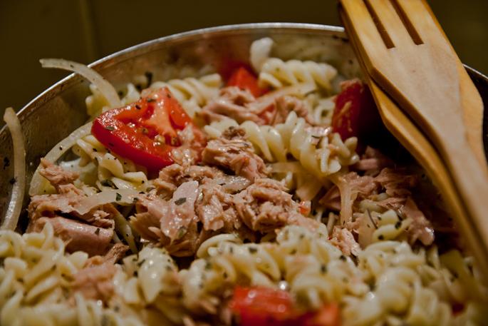 салат из пасты с тунцом