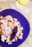 Салат с ветчиной, сыром, кукурузой и гренками