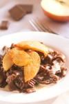 Шоколадная паста со сливочным соусом и карамелизированными яблоками