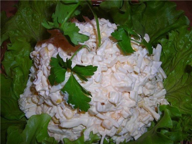 Салат с кальмарами ,сыром и кукурузой