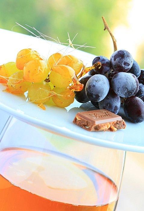 Замороженные ягоды черного винограда и светлого винограда в карамели