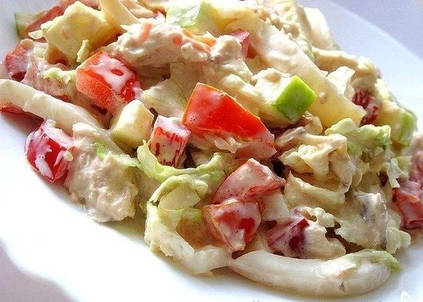 Салат с кальмарами и курицей с яблоками рецепт
