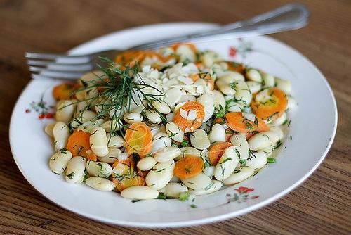 Белая фасоль с морковкой