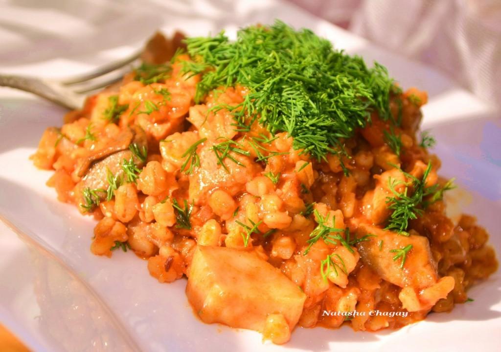 Перловка со свининой и грибами в томатном соусе