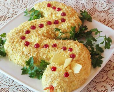Новогодний салат Змея с грибами и курицей + чипсы