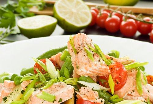 Салат с семгой и стручковой фасолью